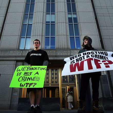 Protesters at Ulbricht's trial