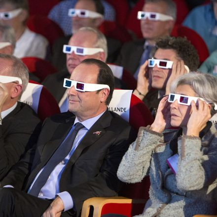 French President Francois Hollande and European dignitaries wear 3D glasses to view the first results of the Rosetta mission on the 67P/Churyumov-Gerasimenko comet.