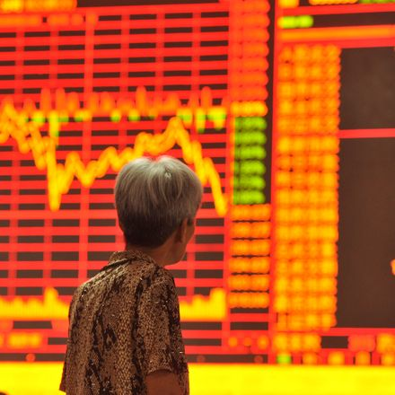 A Chinese investor looks at the Shanghai Composite Index at a stock brokerage house in Fuyang city, east China's Anhui province, 15 June 2015.