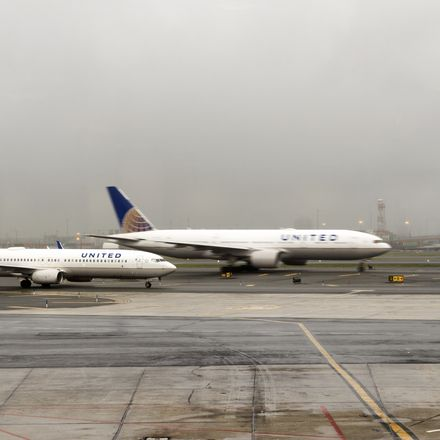 United Airlines planes tarmac shutterstock 554056333